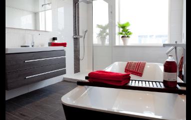 Badkamer met houtlook vloer en witte muren