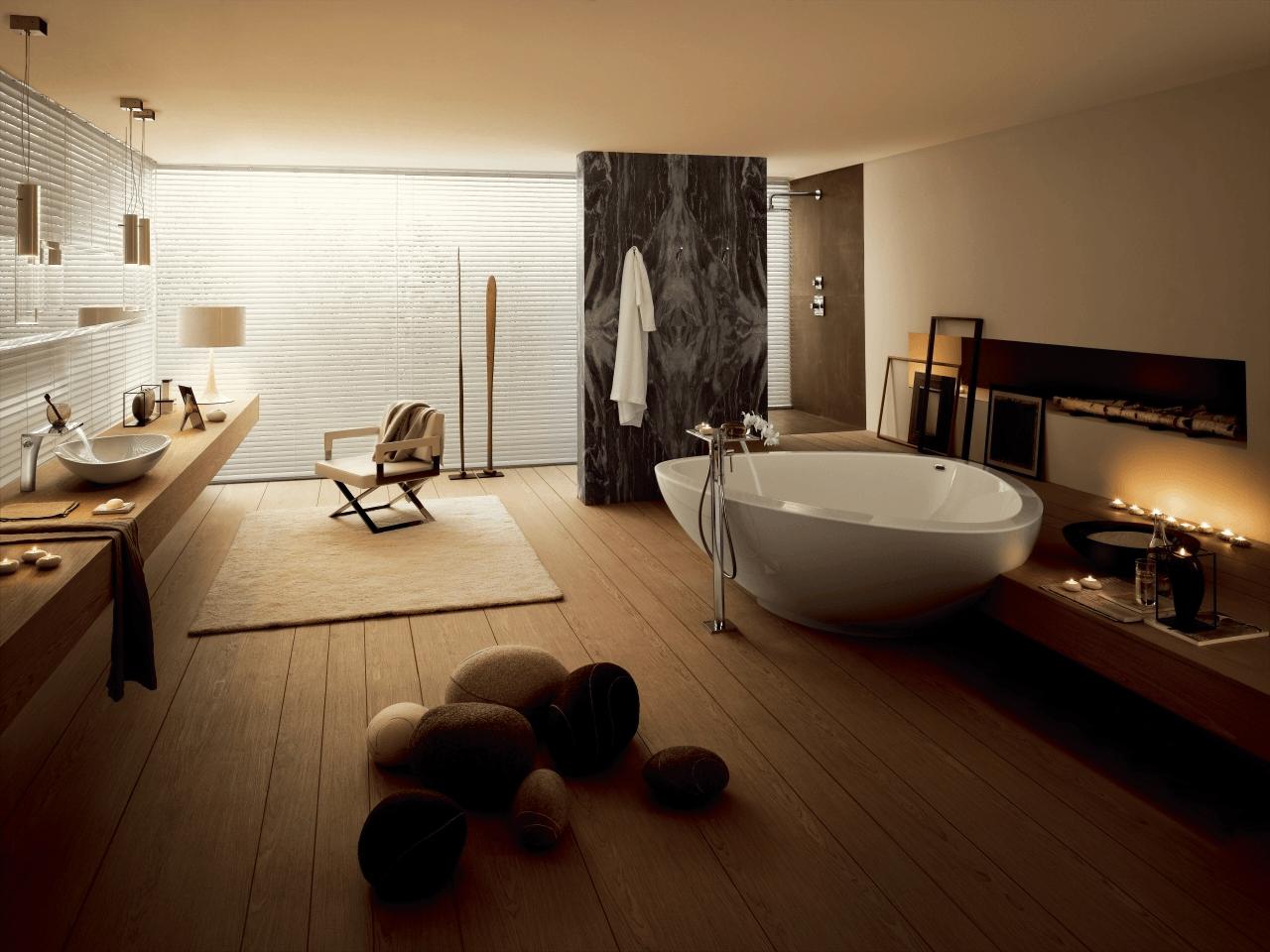 Moderne Badkamer met houten vloer en met een groot bad