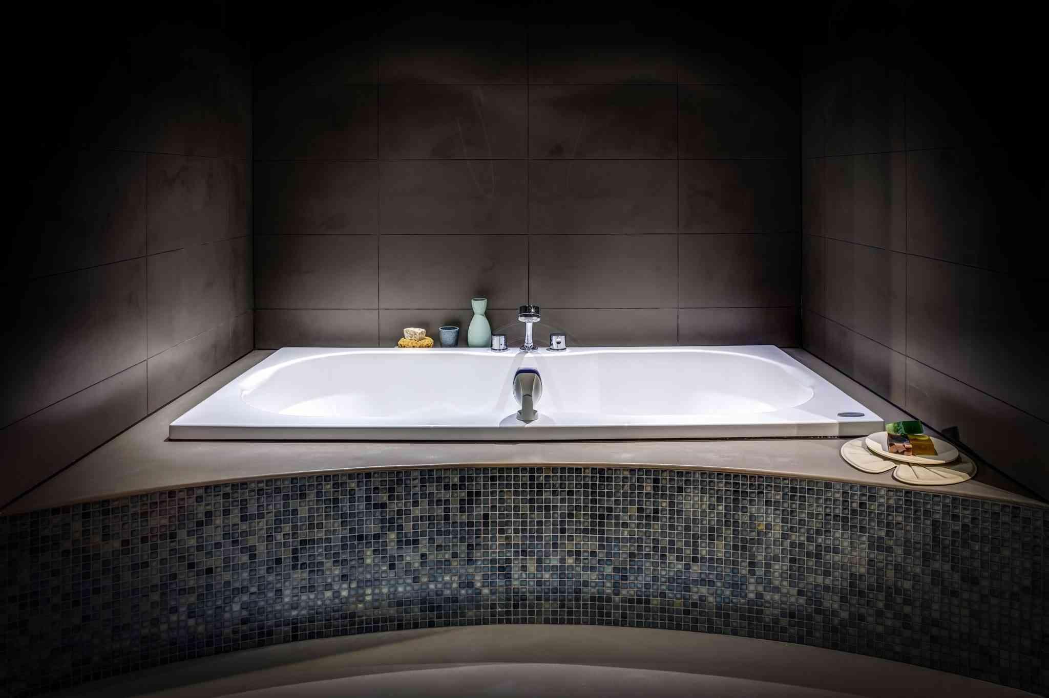 logo design badkamer met bruine muur en een wit bad