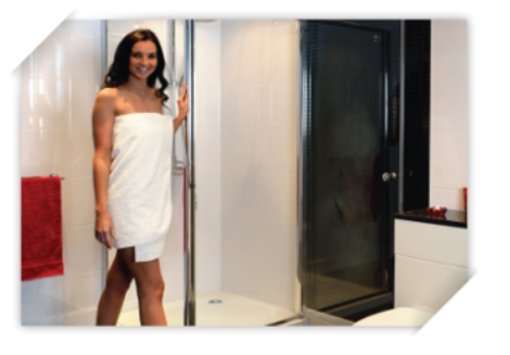 stock foto vrouw in witte badkamer met zwarte deur