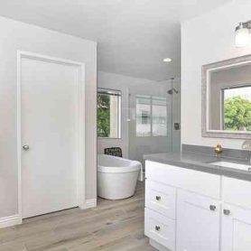 foto witte badkamer met een wit handdoek rek